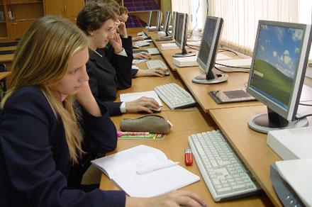 Столичные вузы могут начать курировать слабые школы, которые не входят в топ-400 лучших образовательных учреждений Москвы.